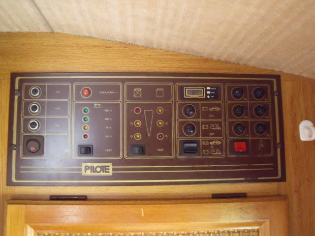 quoi sert le bouton en bas gauche sur le tableau de contr le d 39 un camping car pilote. Black Bedroom Furniture Sets. Home Design Ideas