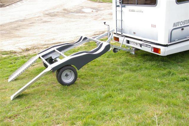 tirer une voiture avec un camping car voitures. Black Bedroom Furniture Sets. Home Design Ideas